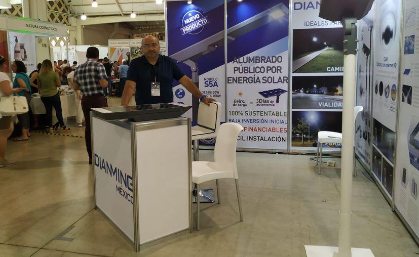 Las lámparas de alumbrado público con paneles fotovoltaicos genera un ahorro de 100%. (Novedades Yucatán)