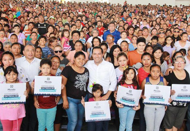 El evento fue realizado en el gimnasio polifuncional de San José Tecoh, el cual lució completamente lleno. (Ayuntamiento de Mérida)