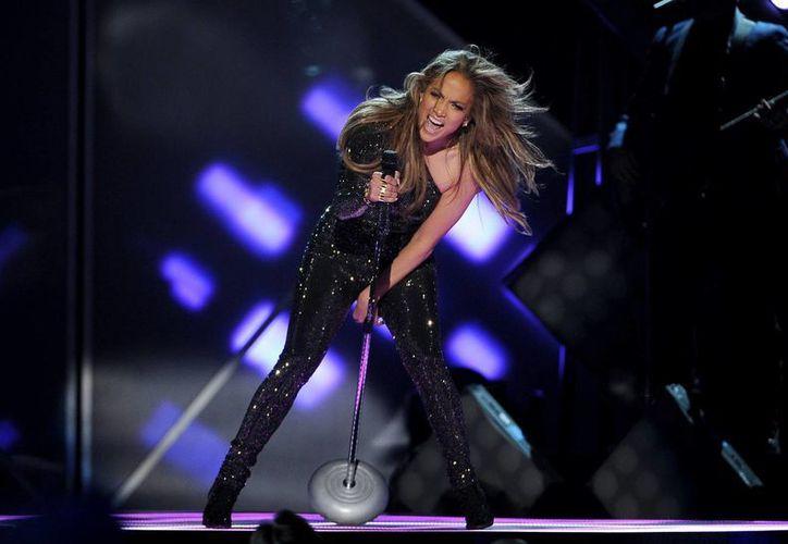 Jennifer López canta 'First Love' antes de aceptar el premio Icono en la ceremonia de los Premios Billboard. (AP)