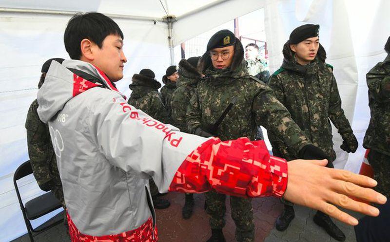 YouTube: Histórico saludo entre hermana de Kim Jong-un y presidente surcoreano