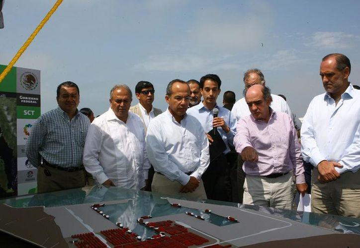 El presidente Calderón durante la presentación de la maqueta sobre el proyecto Punta Colonet. (top-me.com)