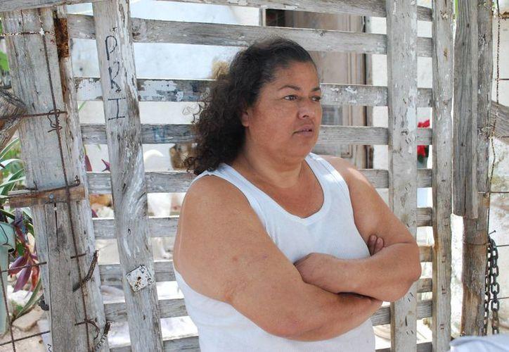 La señora Esmeralda Cruz Pérez gana a la quincena mil 700 pesos, de los cuales debe gastar 400 pesos para tener los servicios básicos en su casa. (Tomás Álvarez/SIPSE)