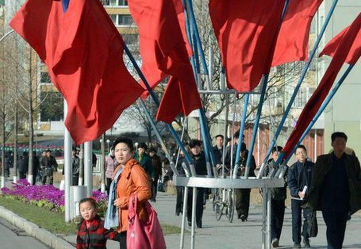 Banderas de Corea del Norte decoran las calles antes el aniversario del nacimiento del fundador nacional Kim Il Sung. (Agencias)