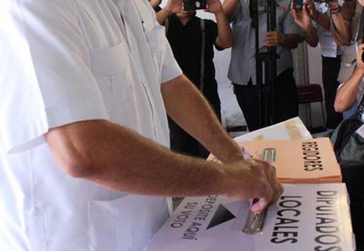 El candidato del PRD votó tras esperar casi una hora en la fila. (SIPSE)