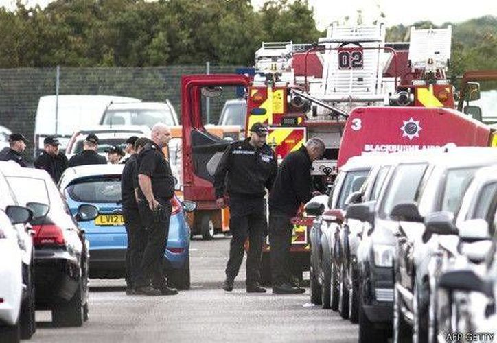 Policías de Reino Unido revisan el lote de autos contra el que se estrelló un avión privado en el que viajaban familiares del extinto terrorista Osama Bin Laden. (BBC)