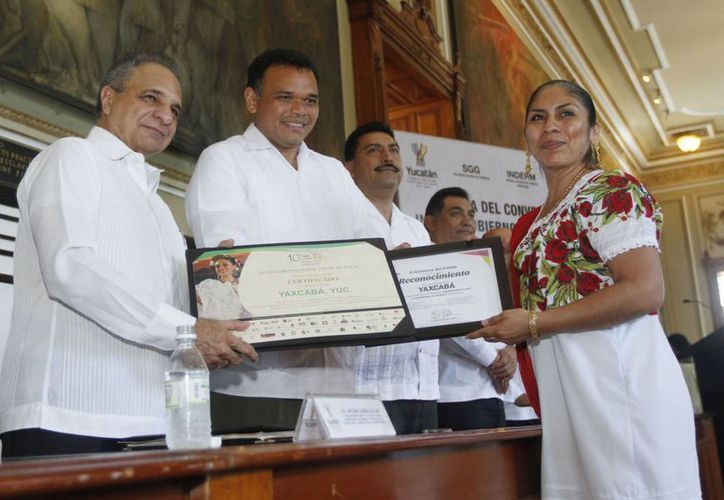 """El gobernador Rolando Zapata entregó reconocimientos a los alcaldes que lograron 337 certificados del programa """"Agenda desde lo local"""" 2013. (Cortesía)"""