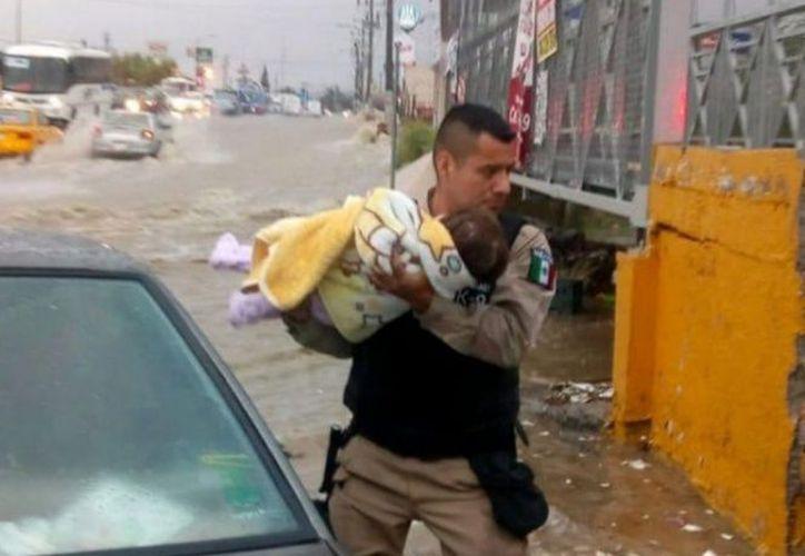 Uniformados se percataron que una bebé se encontraba en el auto, y la pusieron a salvo. (Excélsior)