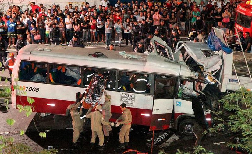Un choque entre un camión de carga y un minibús de transporte público dejó como saldo 16 muertos en Manaos, Brasil. 18 heridos, uno de ellos de gravedad, permanece en hospitales. (Efe)