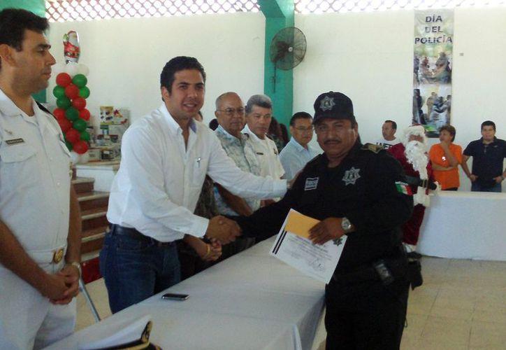 El alcalde Daniel Zacarías Martínez entregó reconocimientos a los elementos destacados y con antigüedad. (Manuel Pool/SIPSE)
