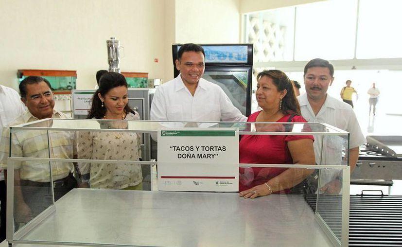 Entrega el mandatario estatal Rolando Zapata Bello equipo para el autoempleo. (Milenio Novedades)