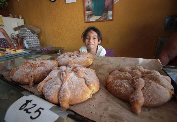 Las panificadoras de las colonias y zona centro de la ínsula se anticiparon con una gran producción de pan de muerto. (Gustavo Villegas/SIPSE)