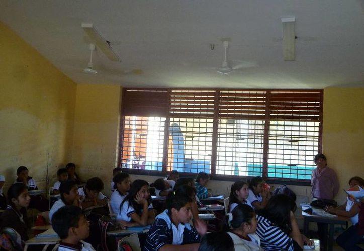 Piden a los tutores revisar las mochilas de los estudiantes. (Raúl Balam/SIPSE)