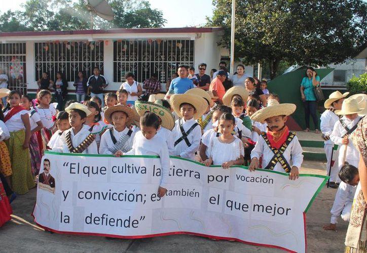 Los alumnos recorrieron las principales calles de la localidad. (Raúl Balam/SIPSE)