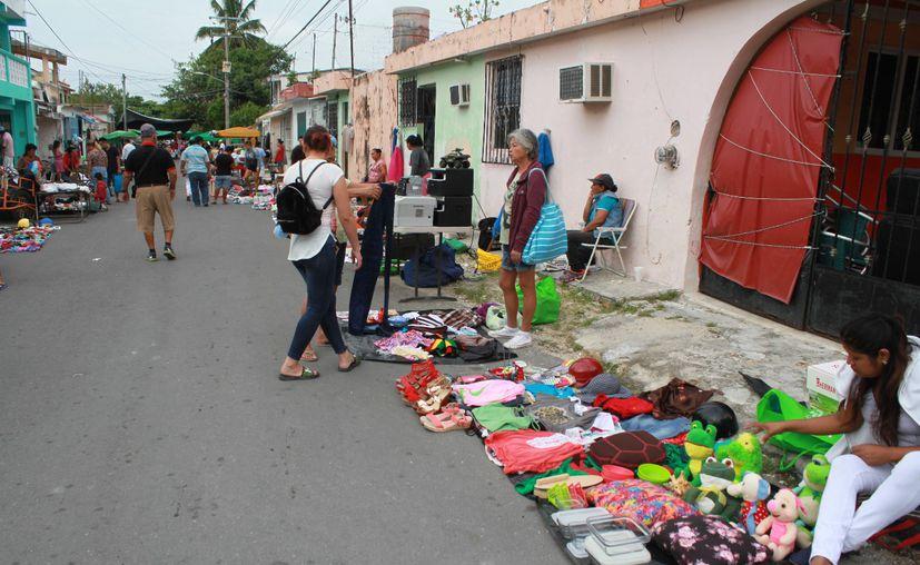 El comercio ambulante incrementa en las calles de la ciudad. (Paola Chiomante/SIPSE)
