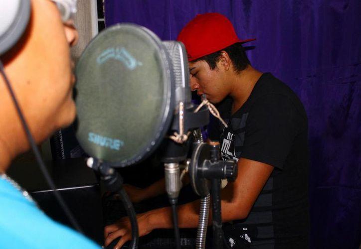 Con el equipo que ellos tiene, ofrecen ayuda a otros músicos jóvenes a grabar sus propias producciones. (Juan Cano/SIPSE)