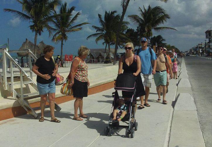 Turistas de crucero recorren el malecón de Progreso. (Manuel Pool/SIPSE)