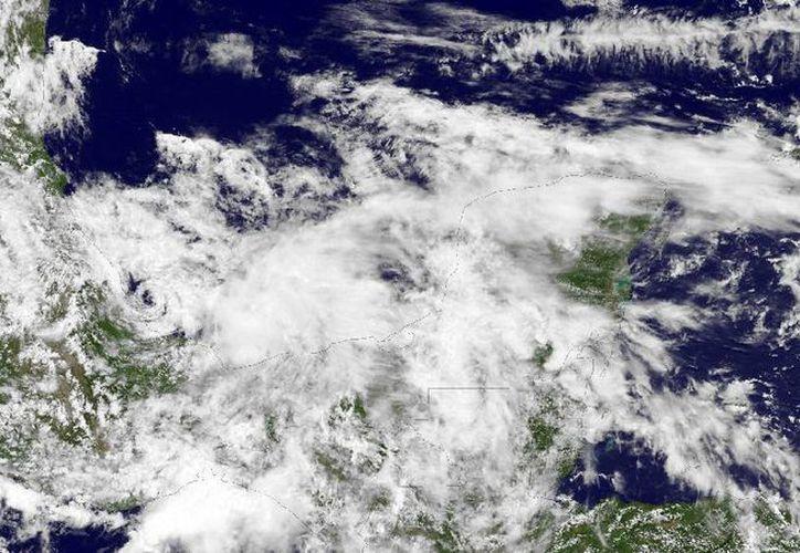 Esta imagen del satélite NOAA GOES-13 fue tomada este viernes y muestra el sistema relativamente desorganizado, con una circulación alrededor de la baja presión central. (nnvl.noaa.gov)