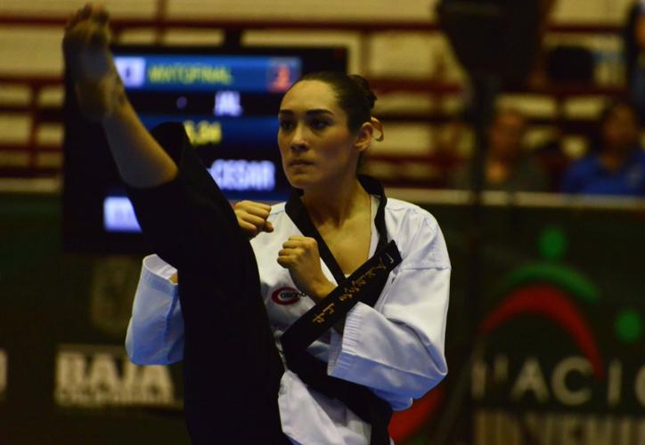 Daniela apareció en el tapiz mostrando las formas de combate. (Internet)