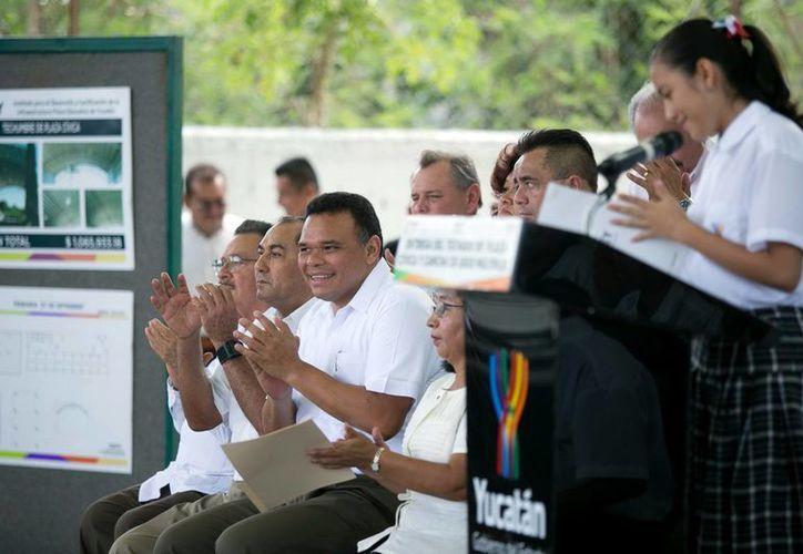 Evento en el que el gobernador de Yucatán, Rolando Zapata Bello hizo entrega de los trabajos realizados en la escuela primaria '27 de septiembre'. (Milenio Novedades)