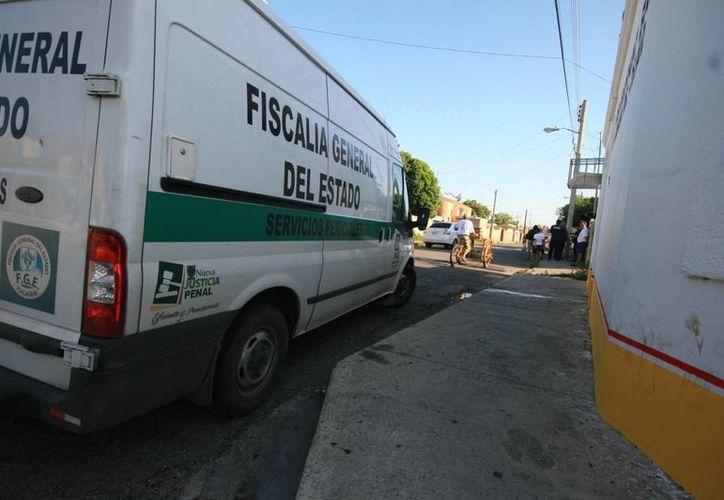 Elementos de la FGE arribaron al sitio para hacer el peritaje del mortal  accidente donde perdió la vida un hombre de la tercera edad. (Jorge Acosta/SIPSE)