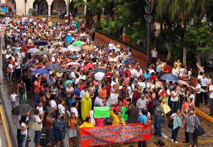 Maestros marchan por calles de Mérida, en protesta por la Reforma Educativa. (Notimex)