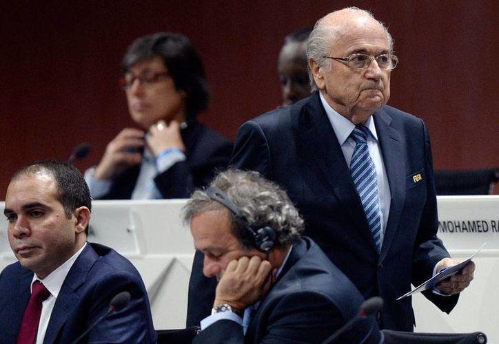 Joseph Blatter (de pie), presidente de FIFA, se defendió de las acusaciones de corrupción que pesan sobre él, tras detectarse irregularidades durante una investigación en Estados Unidos. (AP/Archivo)