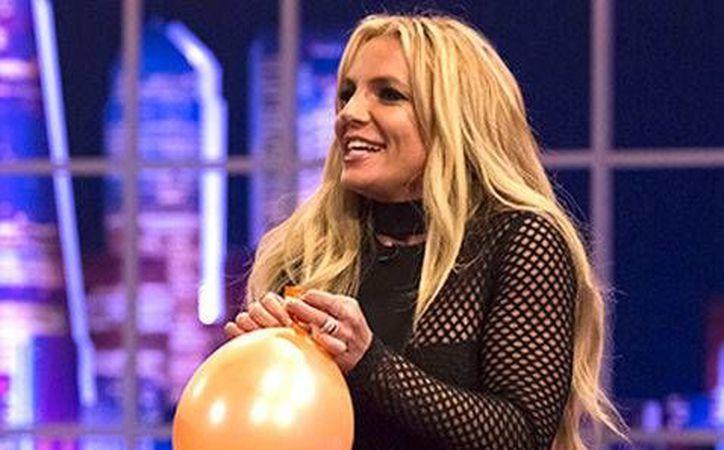 Britney Spears aceptó el reto de inhablar helio de un globo e interpretar enseguida el fragmento de una canción, en un programa de TV. (Milenio Digital)