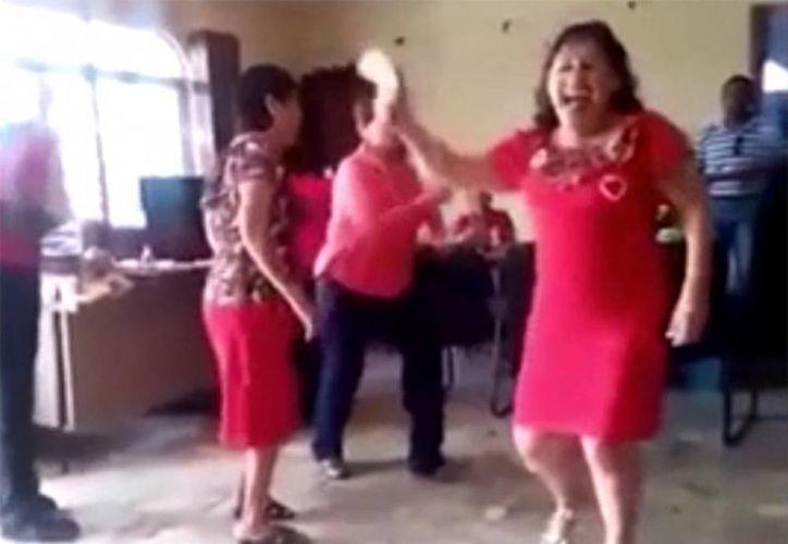 Los empleados de la oficina de Ministerio Público festejaron con comida y baile el cumpleaños de la titular. (Captura de pantalla/YouTube)