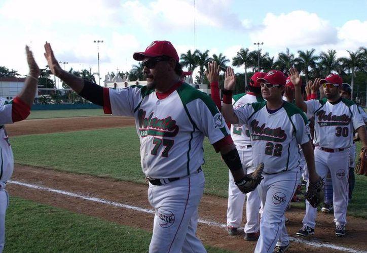El primera base de Ases del Volante, Isidro Rivera, es felicitado por sus compañeros después de conectar un cuadrangular frente a Escuadrón 201 en la Liga Naxón Zapata de invierno. (Milenio Novedades)