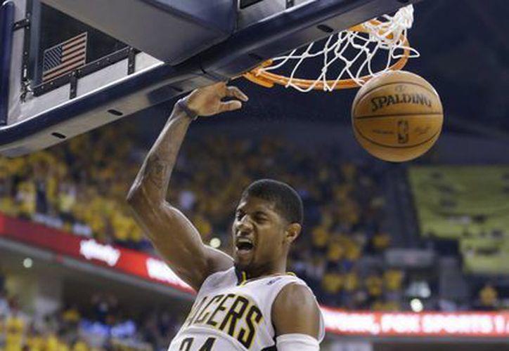 Paul George retaca la pelota en la segunda mitad del quinto duelo entre Pacers y Heat, que ganaron los primeros. (Foto: AP)