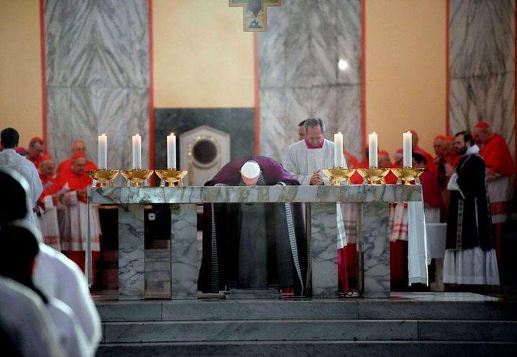 El Papa Francisco oficia misa en la iglesia de San Antelmo, en Roma, Itañlia, el miércoles 1 de marzo de 2017. El pontífice pidió actualizar la música sacra, pero sin car en la banalidad. (Maurizio Brambatti/vía AP)