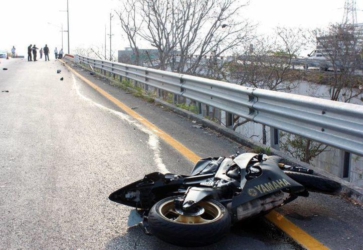 En el 2016, 75 motociclistas y 28 ciclistas fallecieron en las carreteras de Yucatán. Imagen de contexto de una motociclista tirada en el pavimento luego de un accidente. (Archivo/SIPSE)