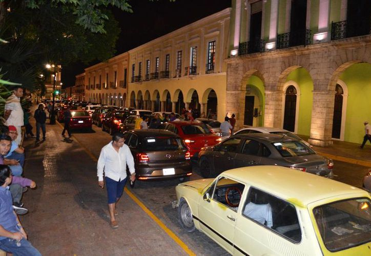 Choferes de Uber protestaron frente a Palacio de Gobierno, en Mérida. Estacionaron sus vehículos sobre la calle 61 y dejaron sólo un carril para no detener el tránsito. (Carlos Navarrete/SIPSE)