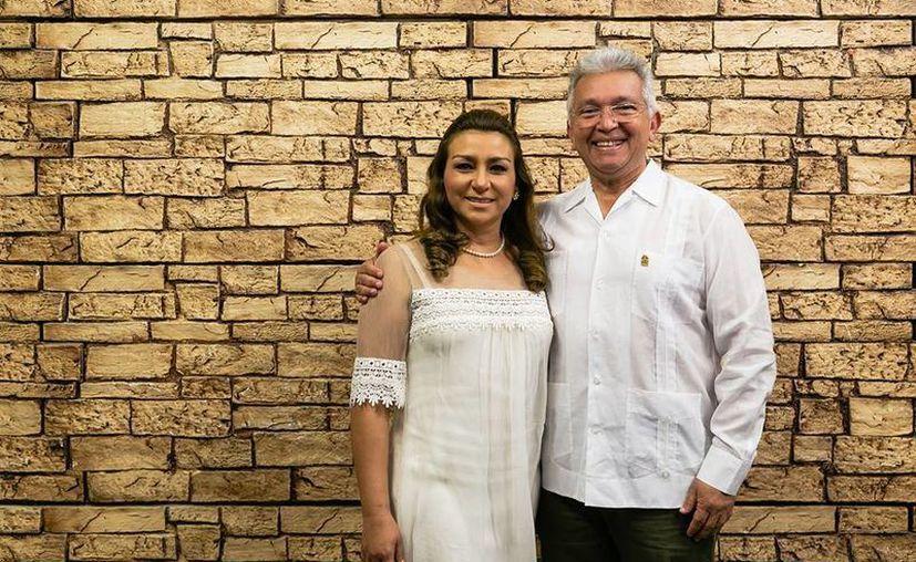 Imagen de la Presidenta del DIF Yucatán, Sara Blancarte de Zapata y  Limber Sosa, director general del DIF estatal, tras la transmisión del IV Informe de Actividades de la esposa del Gobernador.