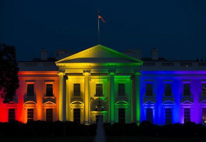 La Casa Blanca se iluminó con los colores de la bandera gay el día en que el matrimonio entre personas del mismo sexo fue avalado por la Suprema Corte del país. (AP)