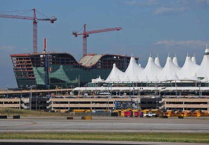 La terminal principal del Aeropuerto Internacional de Denver fue desalojado por un paquete sospechoso este martes. (gannett-cdn.com)