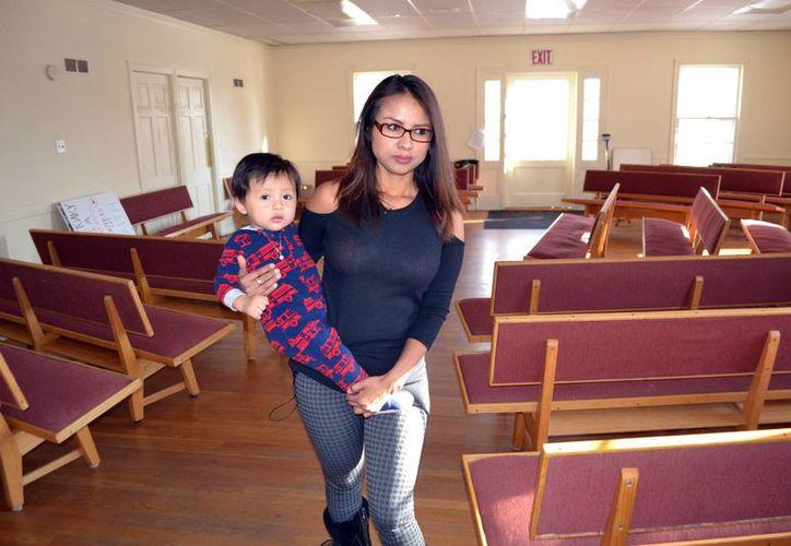 Una inmigrantes peruana se refugió en el centro de reuniones cuáquero de Denver junto a su hijo de un año, tras agotar todas las apelaciones a su orden de deportación. (AP/P. Solomon Banda)