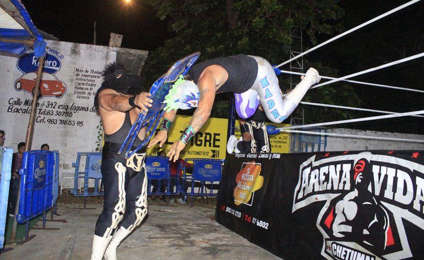 Al final de la contienda Sombra Azul Júnior lanzó el reto al Cadáver Junior para una lucha de apuesta máscara contra cabellera. (Miguel Maldonado/SISPE)