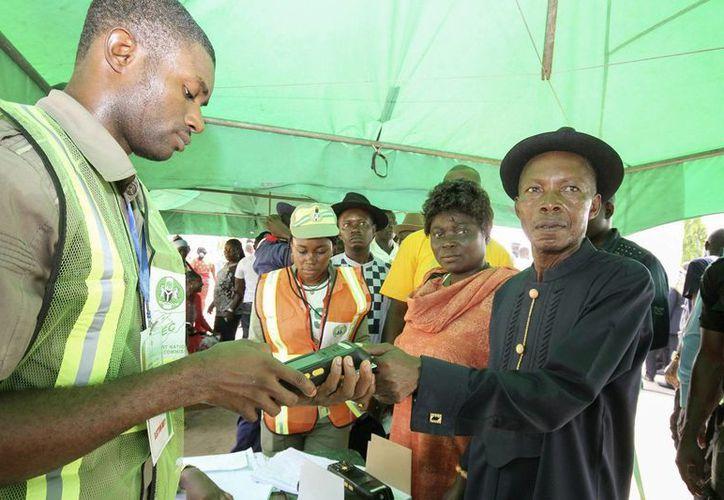 Se espera que los resultados de las reñidas elecciones presidenciales en Nigeria sean difundidos el lunes. (EFE)