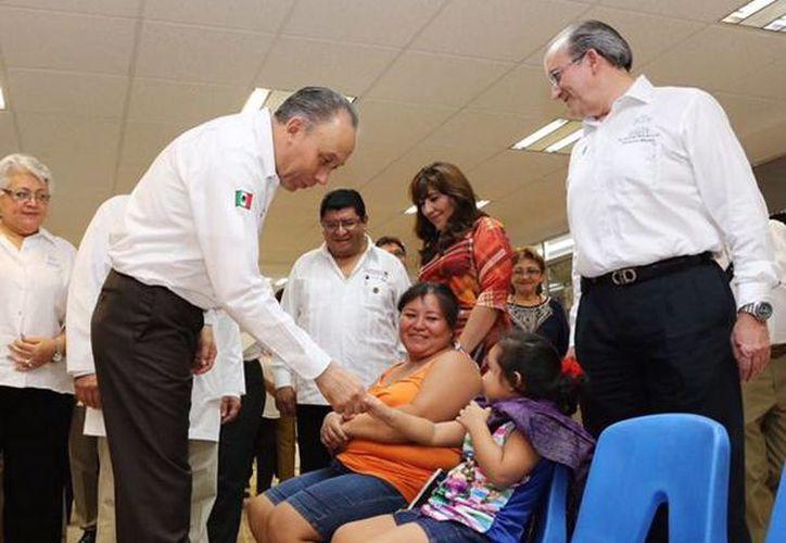 El titular del Issste, José Baeza, estuvo de gira de trabajo en Yucatán, donde anunció el proyecto del nuevo Hospital de Segundo Nivel en la entidad. (SIPSE)