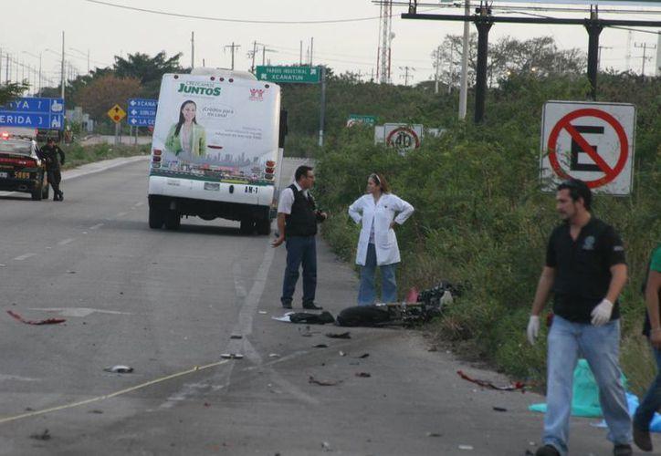 La motocicleta deportiva quedó destrozada tras impactar brutalmente contra el autobús. (Milenio Novedades)