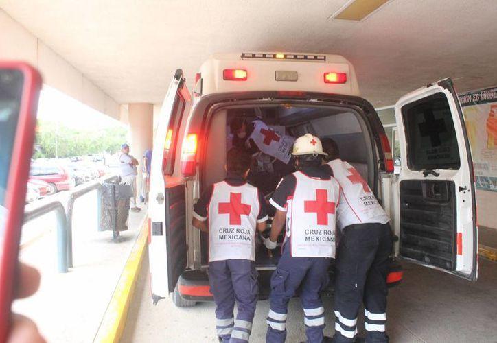 Paramédicos de la Cruz Roja trasladaron al joven a un hospital. (Eric Galindo/SIPSE)