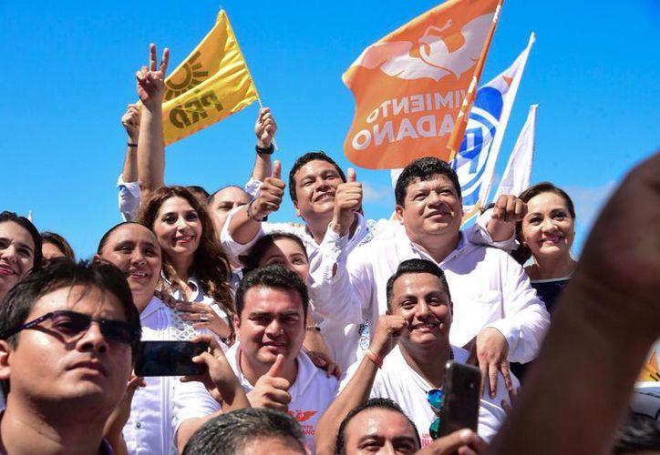 Luis Torres Llanes, Cristina Torres Gómez y Fernando Zelaya Espinosa se apuntaron como precandidatos  de la coalición PAN-PRD-MC. (Joel Zamora/SIPSE)