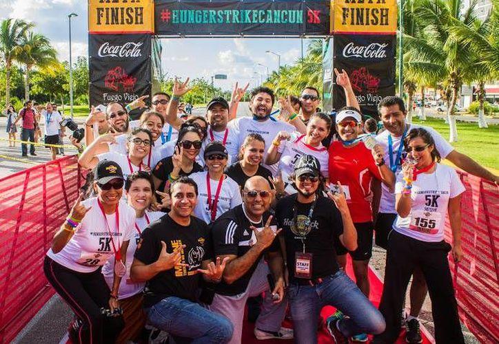En la carrera se dieron cita más de 200 competidores, con lo que se recaudaron 60 mil pesos a favor de la campaña mundial contra el hambre. (Francisco Gálvez/SIPSE)