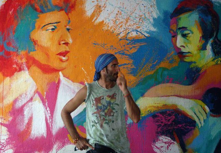 Justin Moreno posa junto a su obra.  (Luis Ballesteros/SIPSE)