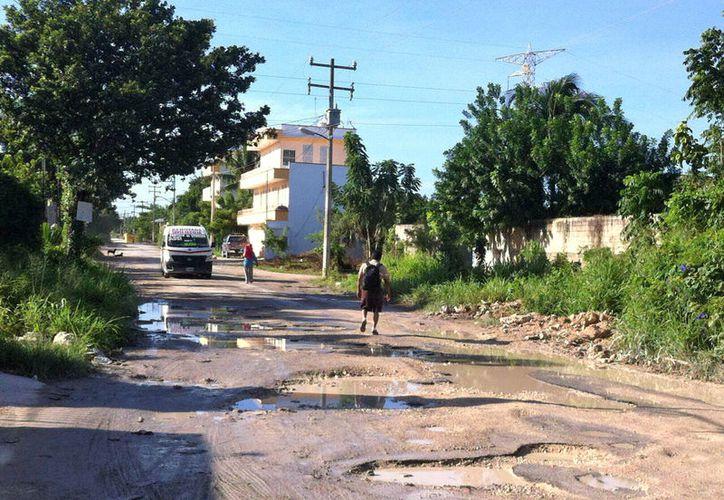 Las lluvias empeoran la situación, ya que es imposible salir a la carretera a pie en esas colonias. (Foto: Cortesía)
