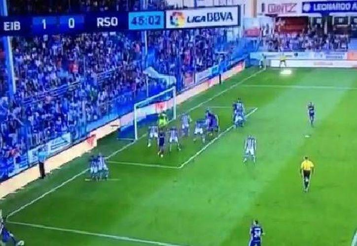 Javi Lara (esquina inferior izquierda) anotó un golazo que dio el triunfo al modesto Eibar ante la Real Sociedad. (Captura de pantalla)