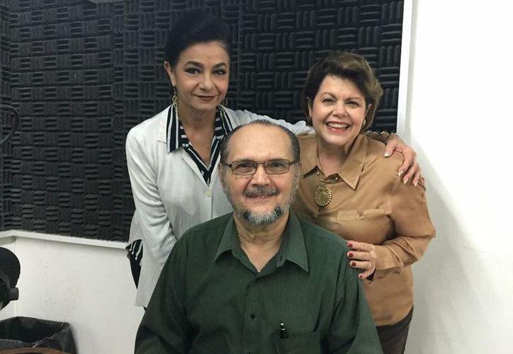 Alis García y Mary Liz Escalante con el Dr Ricardo Villanueva.  (Milenio Novedades)