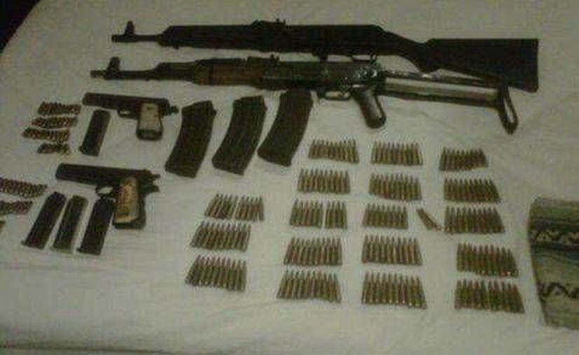 Durante el arresto de cinco sujetos en  Ciudad Altamirano les confiscaron cuatro armas, dos fusiles y dos pistolas. (Milenio)