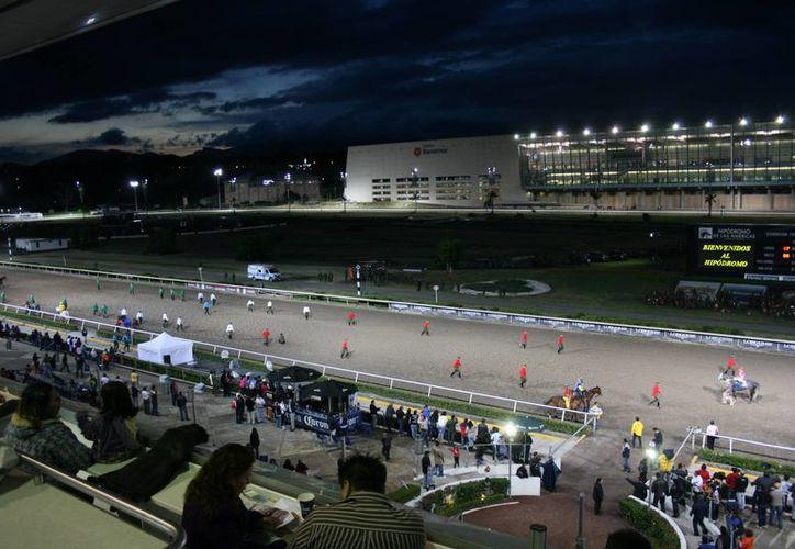 El paddock o ensilladero del Hipódromo de las Américas se transformó, para que los aficionados disfruten del protocolo de la ensillada desde cinco niveles. (Foto de caye.mx)